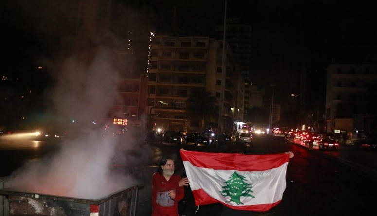 عودة إلى الشارع ليلاً بعد قرار مصرف لبنان... قطع طرق في بيروت والمناطق (فيديو)