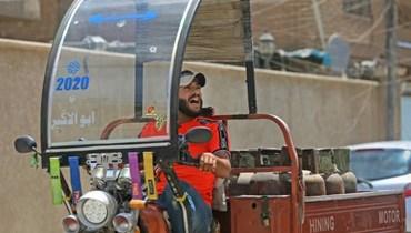 """عامل توصيل الغاز العراقي منتظر عباس """"أ ف ب""""."""