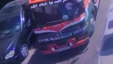 شاحنة تدخل مدينة طرابلس وهي محملة بالنفايات.