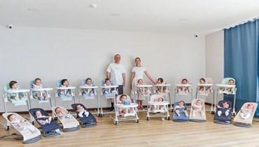 الوالدان مع اطفالهما الـ21.
