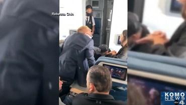 مسافر حاول اقتحام قمرة القيادة (لقطة من الفيديو).