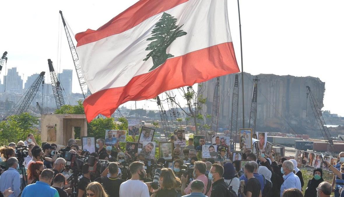 رفع العلم اللبناني قبالة المرفأ في الشهر العاشر للانفجار.