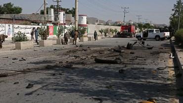 عناصر أمنيون يقفون في موقع انفجار في كابول (3 حزيران 2021، أ ف ب).