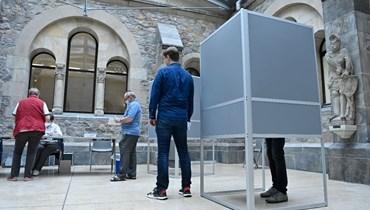 ناخبون ينتظرون في مركز اقتراع في متحف ماغديبورغ لتاريخ الفن، خلال الانتخابات الإقليمية في ولاية ساكسونيا أنهالت الألمانية (6 حزيران 2021، أ ف ب).