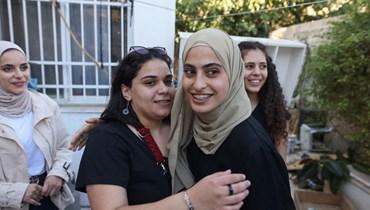 قريبات وصديقات يرحبن بالناشطة الفلسطينية منى الكرد بعد إطلاقها في حي الشيخ جراح بالقدس الشرقية أمس.(أ ف ب)