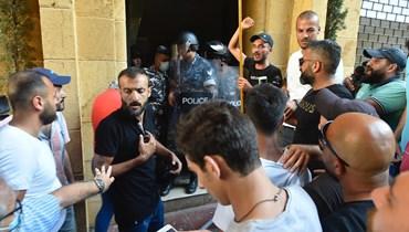 محتجون توجهوا امس الى مبنى اللعازرية حيث مكاتب وزارة الاقتصاد وحاولوا اقتحامها اعتراضا على الاحوال المعيشية المتدهورة.