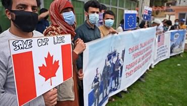 مترجمون أفغان سابقون للقوات الأميركية وقوات حلف الأطلسي تجمعوا خلال احتجاج في كابول، عشية بدء الانسحاب الرسمي للقوات الاميركية (30 نيسان 2021، أ ف ب).