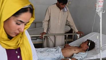 جريح يتلقى العلاج في مستشفى ابن سينا الإقليمي بعد اصابته بهجوم بقنبلة في محافظة بلخ (6 حزيران 2021، أ ف ب).