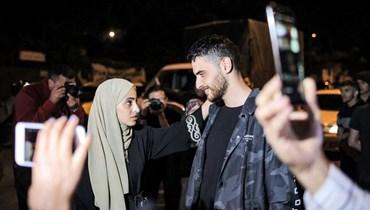 محمد الكرد وشقيقته منى بعد الإفراج عنهما في حي الشيخ جراح بالقدس الشرقية الاحد.  (أ ف ب)