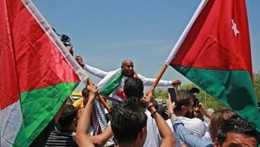 الأردني الفلسطيني عبدالله أبو جابر لدى وصوله إلى جسر الملك حسين الفاصل بين الضفة الغربية والاردن بين مستقبليه بعدما أفرجت عنه إسرائيل أمس.(أ ف ب)