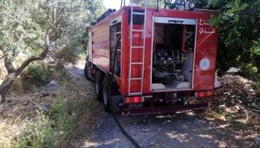 عناصر من الدفاع المدني يخمدون حريقا في شبطين بالبترون (المديرية العامة للدفاع المدني، 8 حزيران 2021).