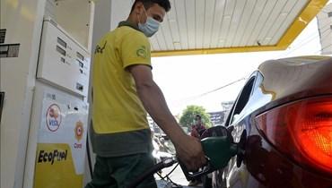 صورة لعامل في محطة بنزين في لبنان
