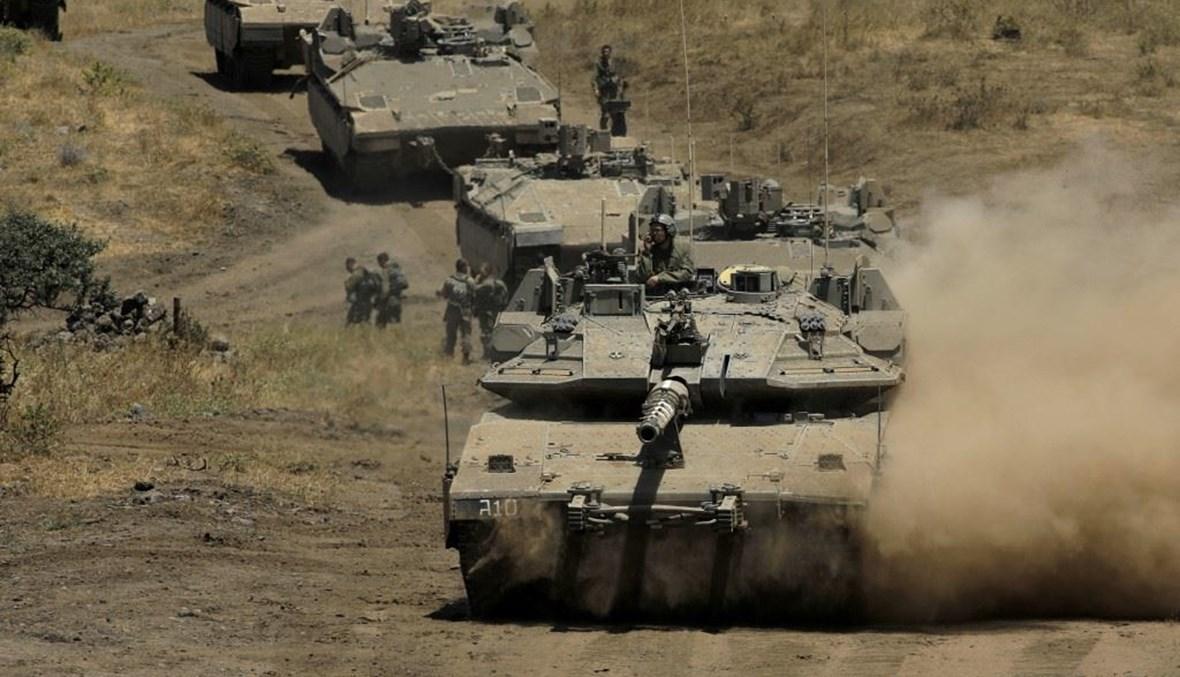 دبابات إسرائيلية خلال مناورات في مرتفعات الجولان السورية المحتلة أمس.   (أ ف ب)