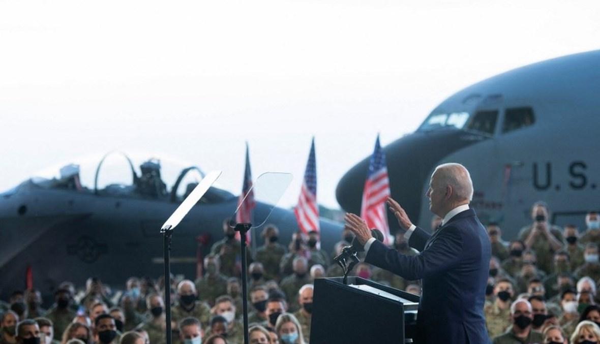 بايدن خلال زيارته قاعدة عسكرية أميركية في بريطانيا (أ ف ب).