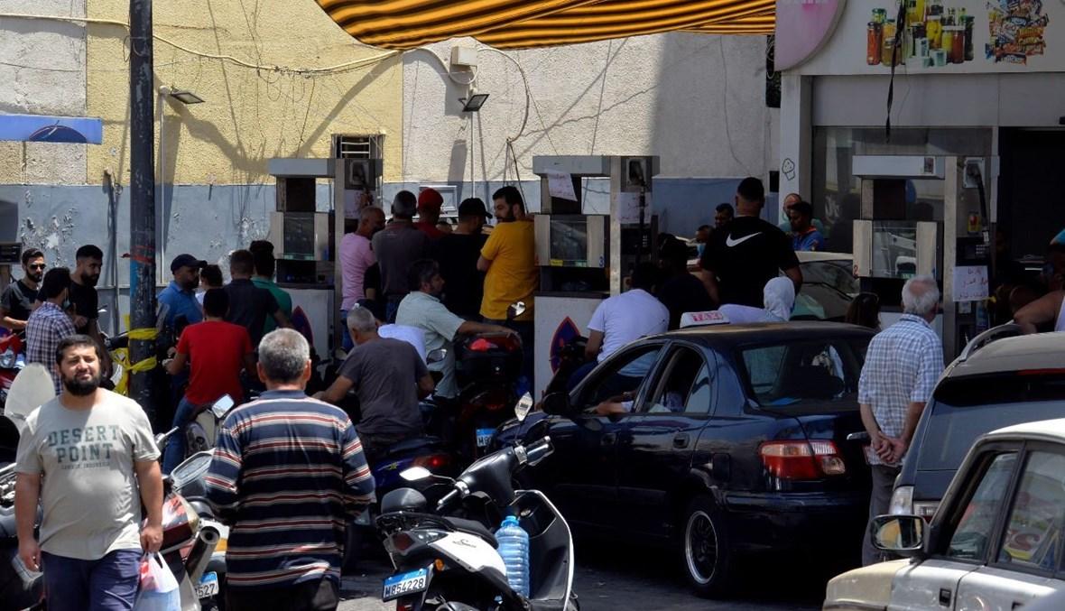 مشهد من اذلال اللبنانيين المتمادي امام محطات الوقود ودعوة خجولة الى الانتفاض والثورة مجدداً.