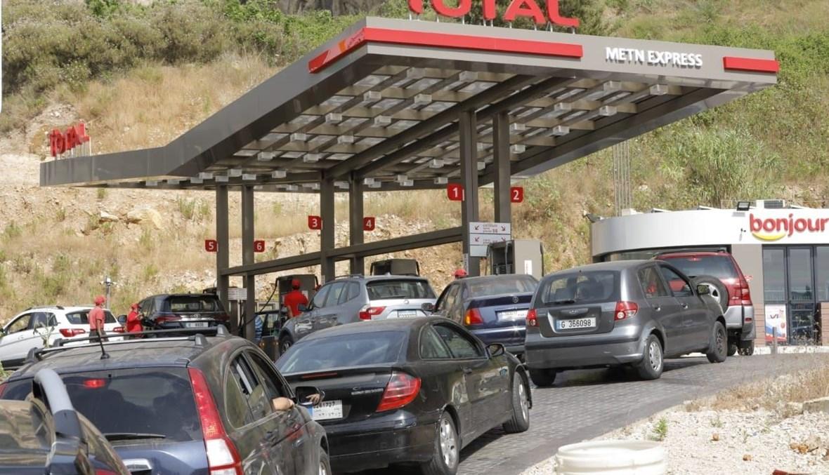 طوابير السيارات أمام محطات الوقود (تصوير مارك فياض).