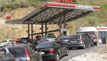 ذلّ يوميّ أمام  محطات الوقود... لماذا نرضى بالخضوع والتأقلم؟