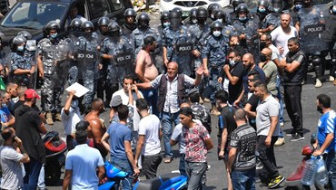 بالفيديو: شوارع لبنان تغلي احتجاجات وطوابير ذل
