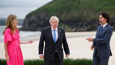 ترودو وجونسون وزوجته يتحدثون خلال قمة مجموعة السبع في خليج كاربيس بكورنوال (11 حزيران 2021، ا ف ب).