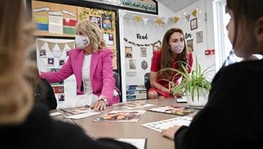 دوقة كامبريدج والسيدة الأميركية الأولى جيل بايدن يتحدثان الى أطفال خلال زيارتهما أكاديمية كونور داونز في هيل بكورنوال (11 حزيران 2021، أ ف ب).