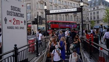 أشخاص يدخلون محطة مترو أكسفورد سيركس لندن في وسط لندن (7 حزيران 2021، أ ف ب).