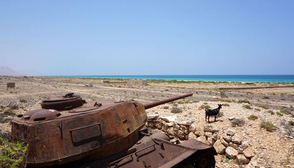 دبابة من الحقبة السوفياتية على الساحل الشمالي لجزيرة الغبة اليمنية (14 نيسان 2021، أ ف ب).