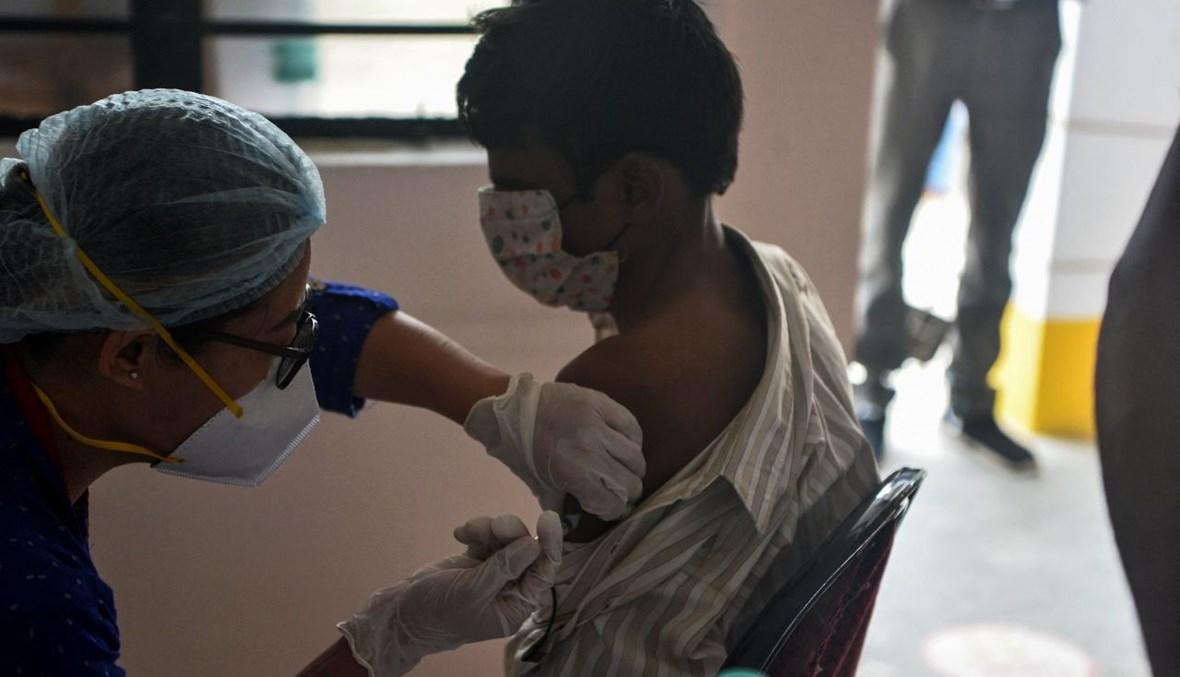 رجل يتلقى لقاح كورونا خلال حملة تطعيم في مستشفى ميديكا نورث بنغال للسرطان على بعد 15 كلم من سيليغوري بالهند (11 حزيران 2021، أ ف ب).