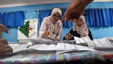 فرز للأصوات في مركز اقتراع في بوشاوي في الضواحي الغربية للعاصمة الجزائر (12 حزيران 2021، أ ف ب).