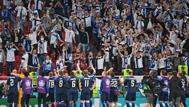 لاعبو فنلندا مع الجماهير (أ ف ب).
