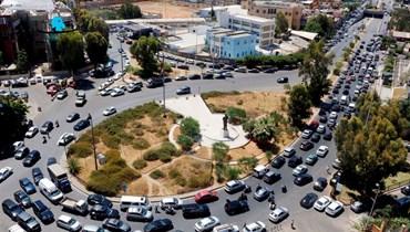 زجمة سير أمام إحدى محطات الوقود (تصوير حسن عسل).