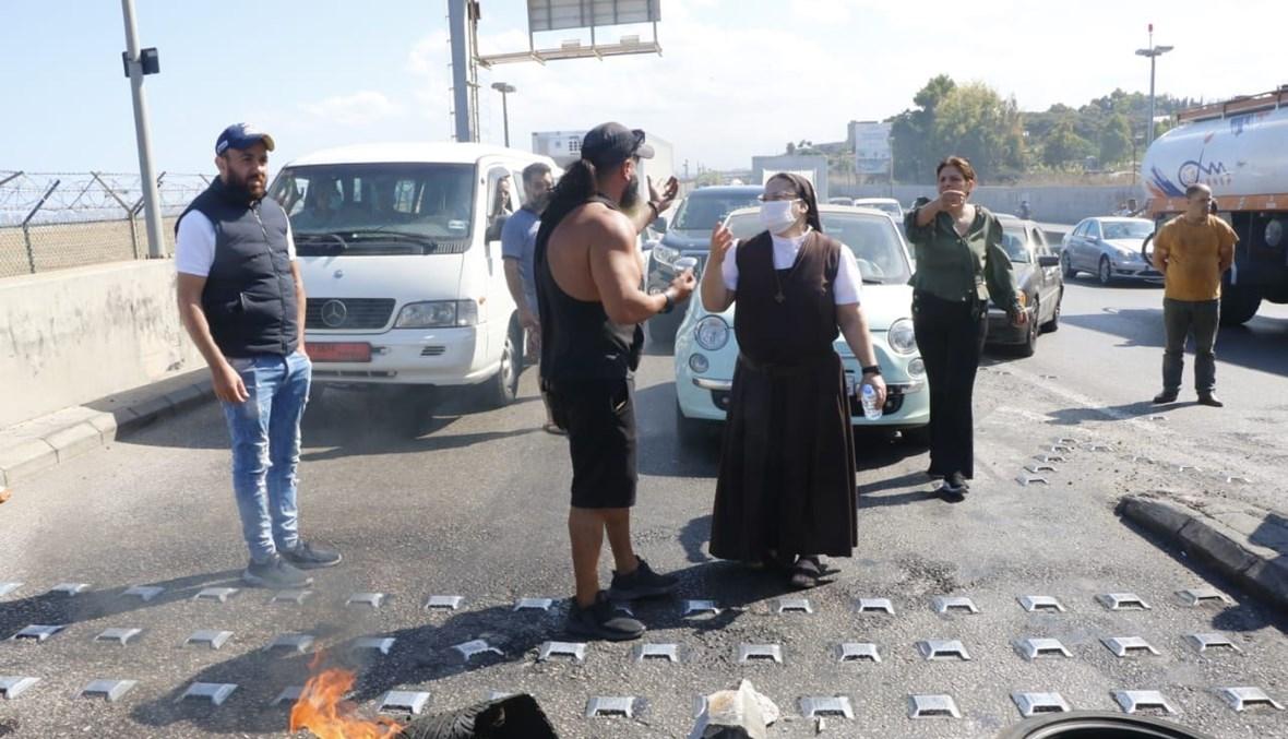 راهبة تفاوض شبّاناً قطعوا الطريق تلبية لإضراب الاتحاد العمالي العام