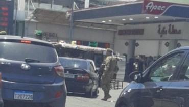 إشكال بسبب تعبئة البنزين أمام محطة للمحورقات في طرابلس.