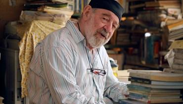 يلازم مكتبته منذ خمسين سنة لنشر حب القراءة... الأب سروج: المهم أن يغادرني السائل فرحاً