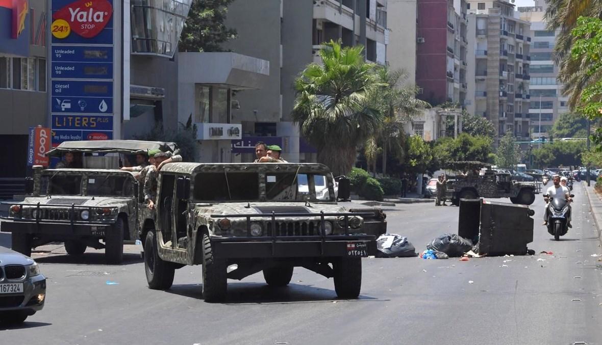 الجيش ينتشر في كورنيش المزرعة بعد فتح الطرق إثر احتجاجات شعبية أمس (نبيل اسماعيل).