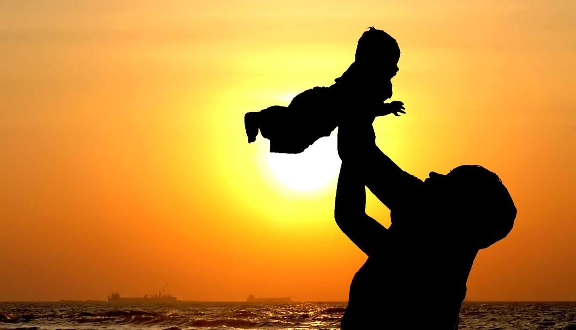 الأب مع أولاده (تعبيرية).