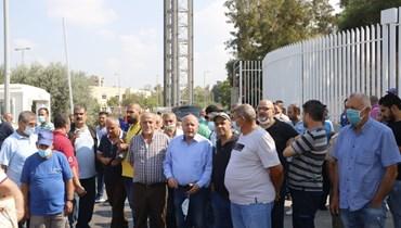 موظفو الجامعة اللبنانية المعتصمون بحضور رئيس الاتحاد العمالي العام بشارة الأسمر (تصوير حسن عسل)
