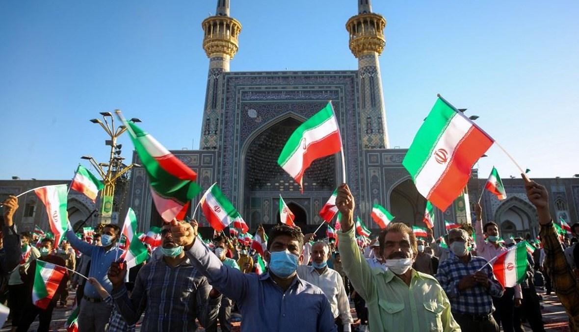 """رقع الأعلام الإيرانية في الحرم الرضوي في مشهد المقدّسة (تعبيرية- """"أ ف ب"""")."""