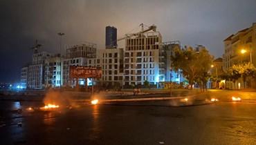 بالصور والفيديو- نذرُ تصعيد في الشارع… قطع طرق ليلاً في المناطق وترقّب لتحرّكات الخميس