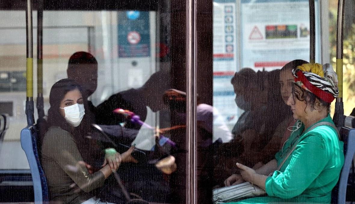 إسرائيليون يضعون كمامات في مركز تسوق في القدس (25 حزيران 2021، أ ف ب).