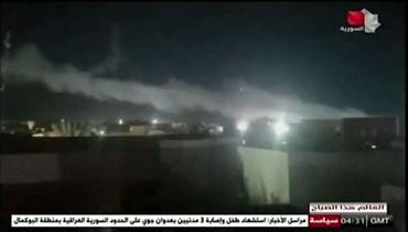دخان يتصاعد من منشأة تستخدمها الجماعات المدعومة من إيران في أعقاب الضربات الجوية الأميركية على الحدود السورية العراقية (28 حزيران 2021، أ ف ب).