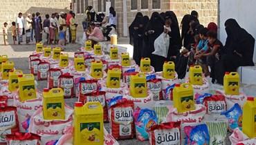 نازحون يمنيون يتلقون مساعدات غذائية في مديرية التحيتا بمحافظة الحديدة غرب اليمن (30 حزيران 2021، ا ف ب).