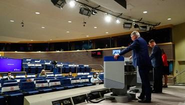 نائب رئيس المفوضية الأوروبية فالديس دومبروفسكيس (الى اليمين) يعقد مؤتمرًا صحافيًا مشتركًا مع المفوض المعني بالاتصالات نيكولاس شميت في بروكسيل (28 حزيران 2021، أ ف ب).