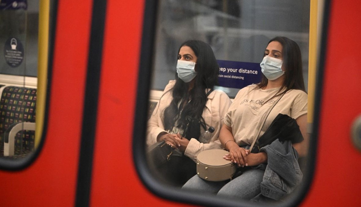 امرأتان تركبان قطارا في المترو وسط لندن (5 تموز 2021، أ ف ب).