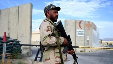 جندي أفغاني وقف عند مدخل مستشفى داخل قاعدة باغرام الجوية شمال كابول (5 تموز 2021، أ ف ب).