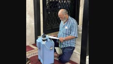 """تقنين الكهرباء """"يخنق"""" اللبنانيين... مسنّ يبحث عن الأوكسجين في المسجد"""