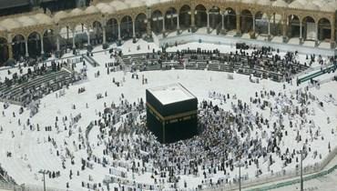 مسلمون يصلون حول الكعب في المسجد الحرام في مدينة مكة المكرمة بالسعودية (4 آذار 2020، أ ب).