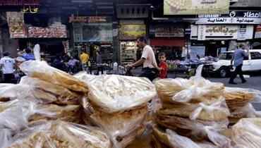 صورة من الارشيف لربطات خبز في محل بحي الميدان بدمشق. (أ ف ب)