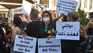 تحرّك للمحامين وأهالي ضحايا المرفأ أمام مركز الإطفاء في بيروت (تصوير حسام شبارو).