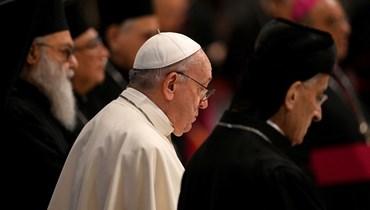 البابا فرنسيس يتوسّط البطريرك الماروني بشارة بطرس الراعي وبطريرك أنطاكية وسائر المشرق يوحنا العاشر يازجي في الفاتيكان (أ ف ب).