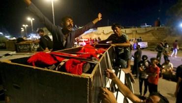 صورة لرجل عراقي يبكي قريبه من أمام مشفى الحسين